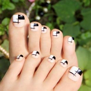 Черно-белые рисунки на ногтях, оригинальный дизайн ногтей на ногах
