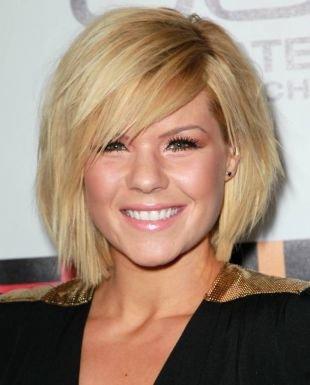 Цвет волос теплый блонд, стильное каре для пушистых волос
