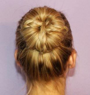 Светлый цвет волос на средние волосы, аккуратный пучок с французской косой