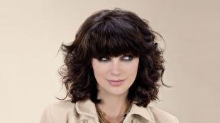 Цвет волос мокко, удлиненное классическое каре с кудрями