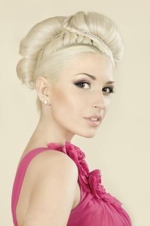 Цвет волос холодный блонд, оригинальная прическа на праздник