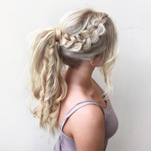 """Цвет волос перламутровый блондин, прическа """"конский хвост"""" с косами"""