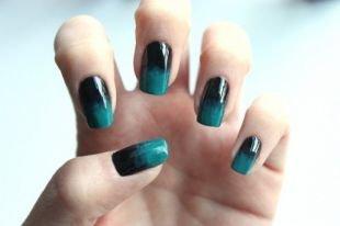 Маникюр под синее платье, градиентный черно-зеленый маникюр