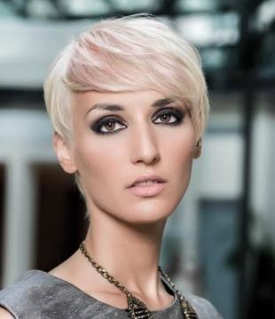 Перламутровый цвет волос на короткие волосы, дымчатый макияж карих глаз