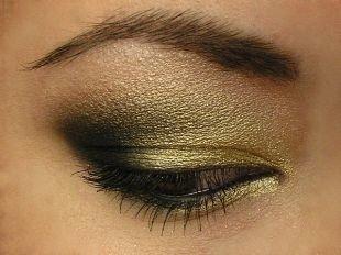 Яркий макияж для брюнеток, блестящий макияж для нависшего века