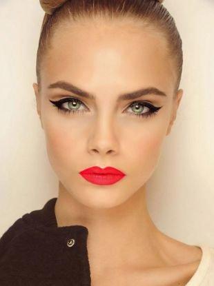 Клубный макияж, макияж для зеленых глаз с ретро-стрелками